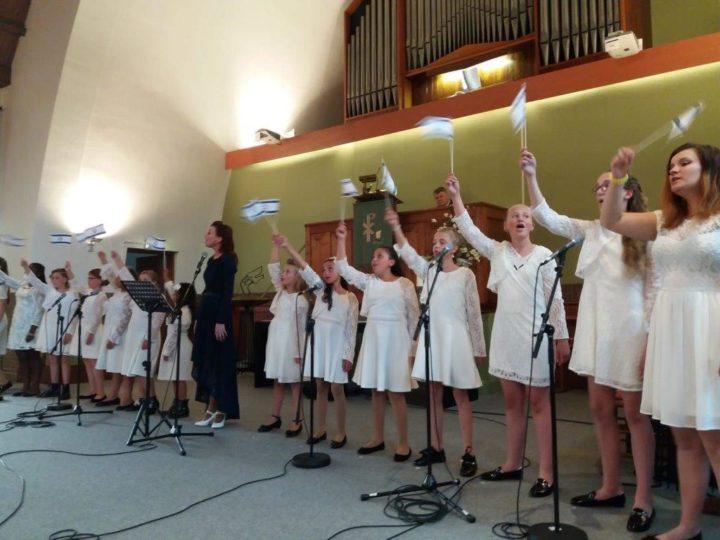 Geke`s Tiental heeft voor de elfde keer in de kapelkerk van Emmen gezongen.