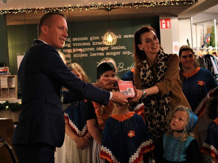 """Burgemeester Cees van den Bos krijgt, uit handen van Geke van der Sloot, de eerste KerstCD """"Een bijzondere Kerst""""!"""
