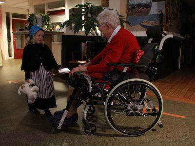 Verzorgingshuizen Urk en Noordoospolder krijgen Kerstcd`s van Geke